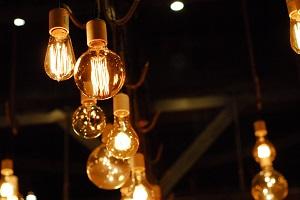 Glühbirnen bei Nacht